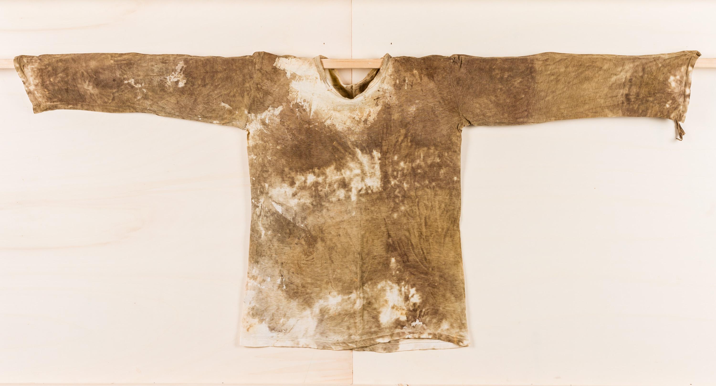 Hermann Nitsch, Ohne Titel (Hemd mit Blut)