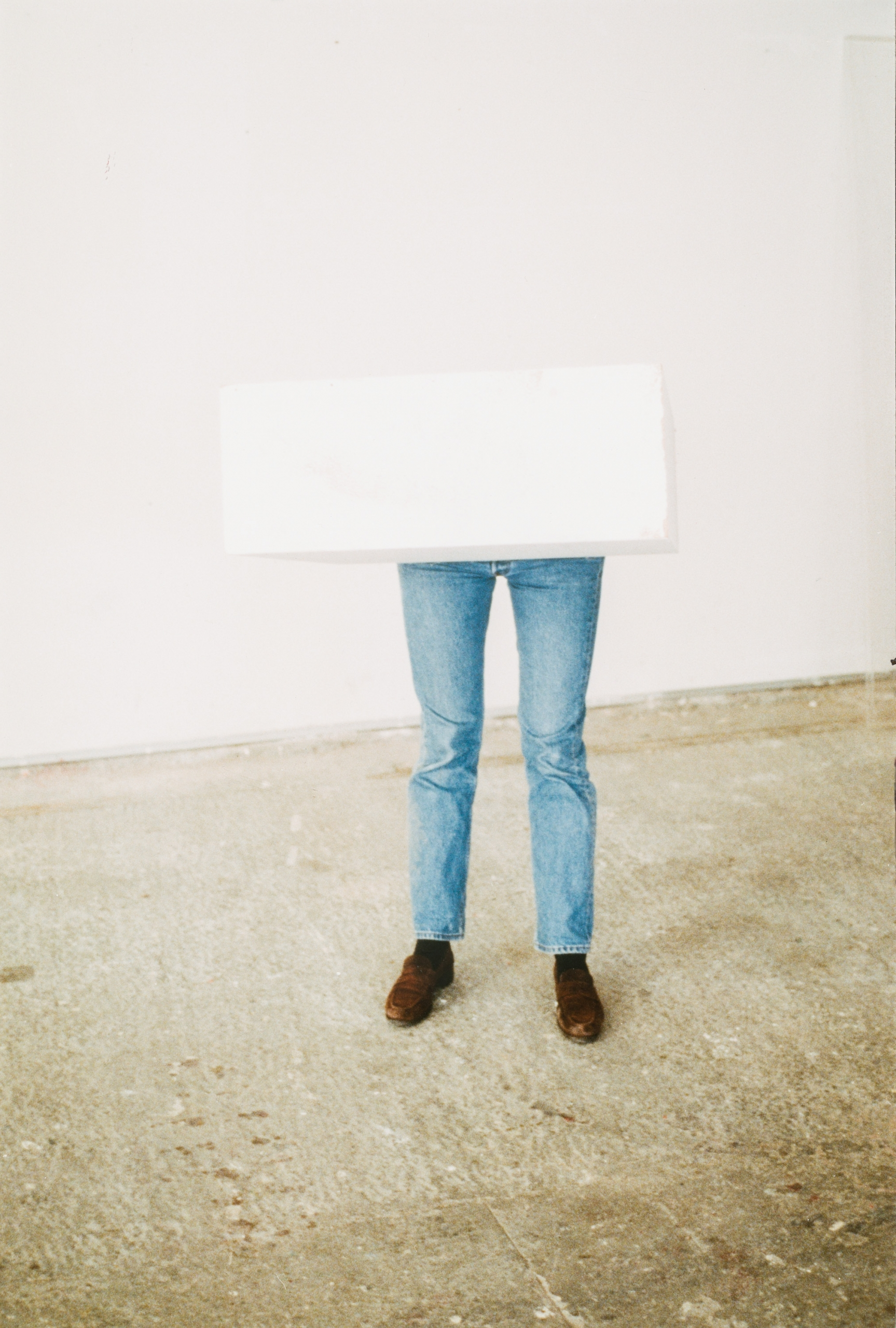 Erwin Wurm, Ohne Titel (aus der Serie One minute sculptures) / untitled (from the series One minute sculptures)