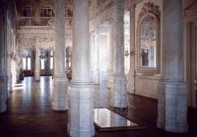 "Bele Marx & Gilles Mussard, Inszenierung im Palais Yeniköy, Istanbul (aus der Serie ""aufhänger"")"