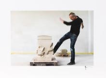 """Erwin Wurm, Treten & Schlagen (aus der Performance """"House Attack"""")   Fotograf: Gerald Y. Plattner"""